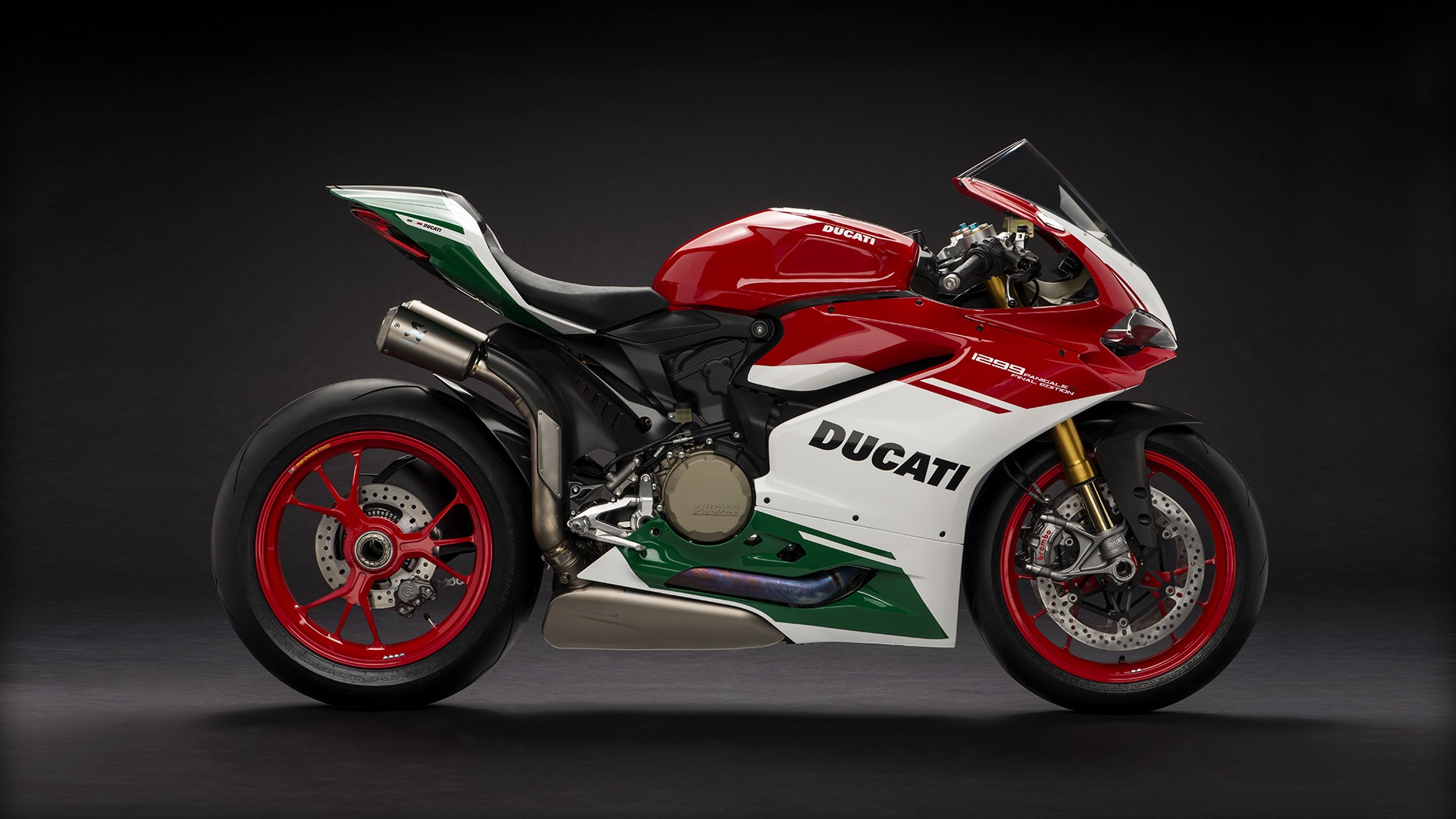 Panigale_Final-Edition_2018_Studio_FE_C01_Gallery_1920x1080.mediagallery_output_image_[1920x1080]